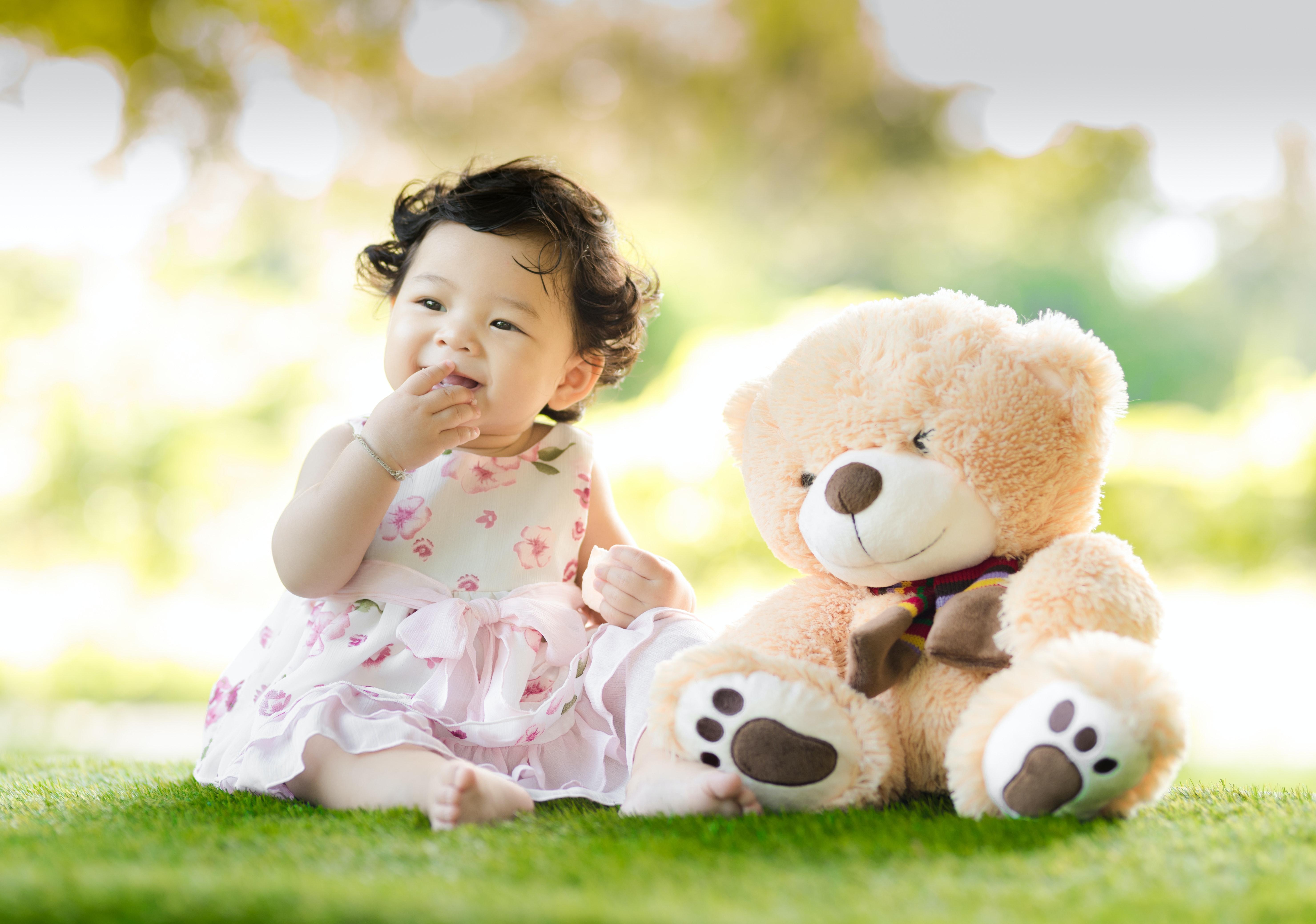 Маленькая девочка с мягким медвежонком